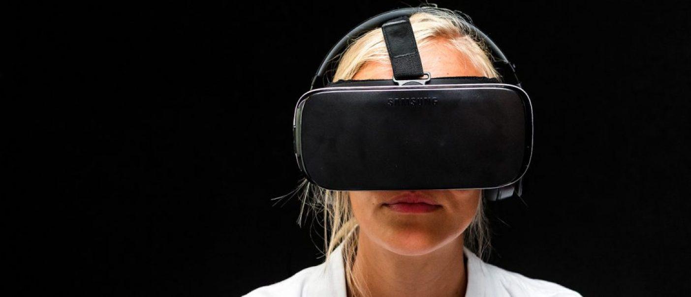 3D bril Doktersjas Blonde jonge vrouw